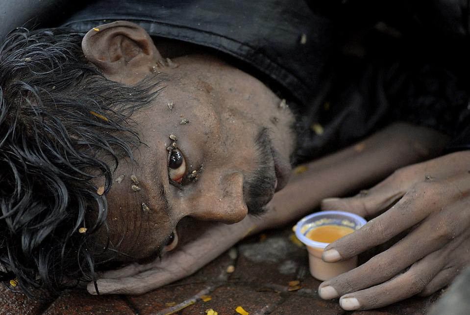 2) Мухи ползают по лицу бездомного, лежащего на улице индийского города Хайдерабад. Как заявили в среду представители Азиатского банка развития, крайняя нищета и голод сохраняются в Азии. В 19 странах Азии, включая Китай и Индию, более 10% населения живут менее чем на $ 1,25 в день. (Mahesh Kumar А./Associated Press)