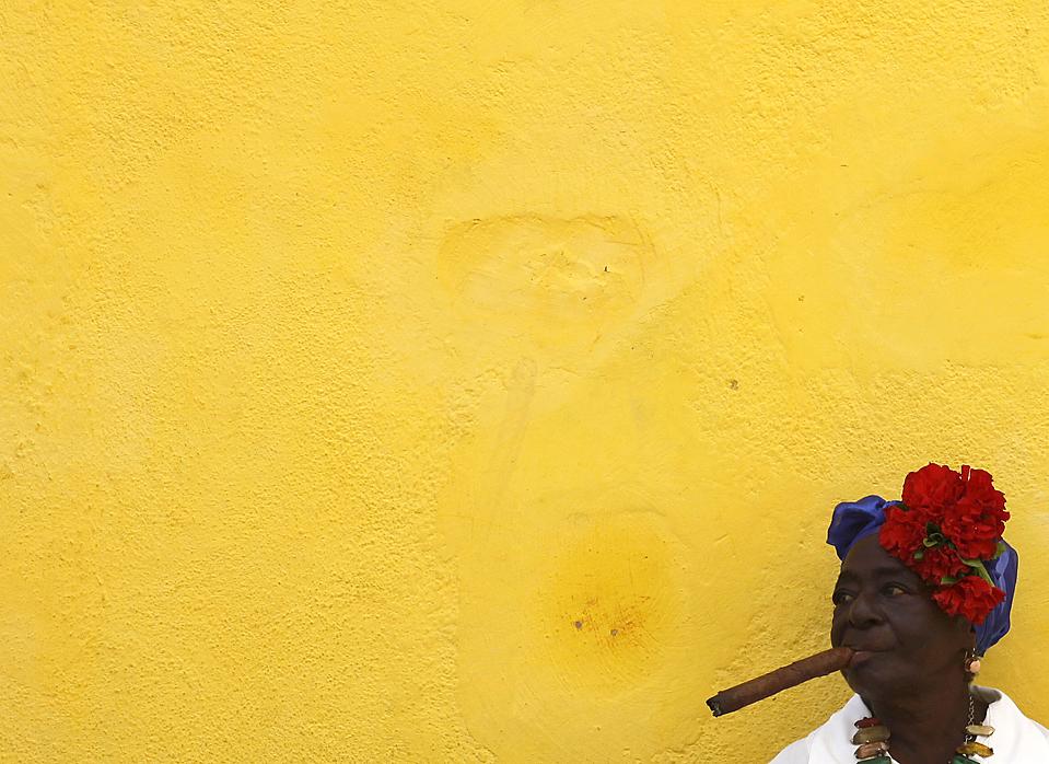 3) Уличная артистка ждет туристов в Гаване. (Desmond Boylan/Reuters)