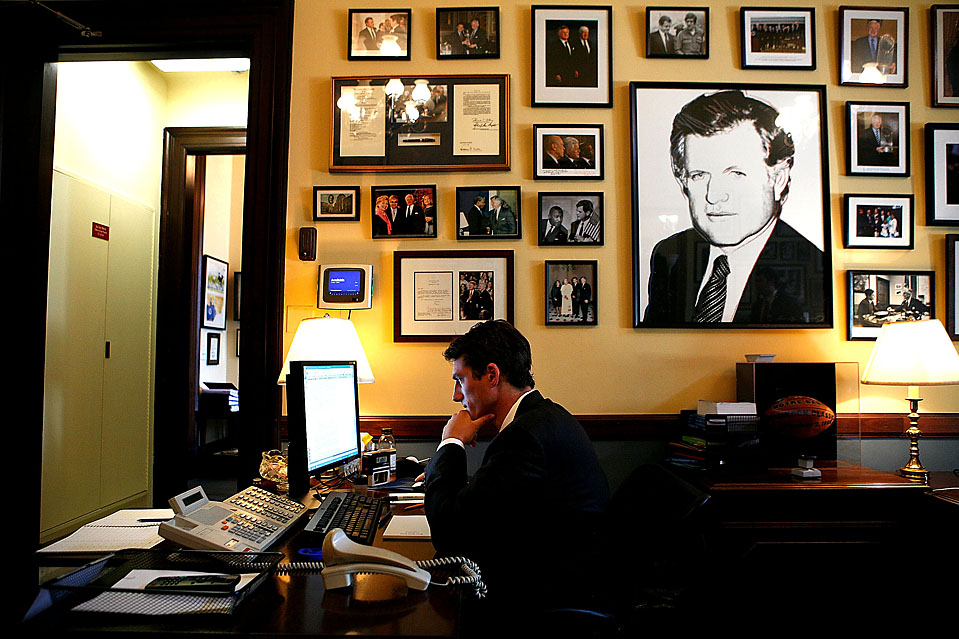 6) Генри Сэнфорд, секретарь-референт сенатора Теда Кеннеди, читает новости о смерти сенатора в офисе на Капитолийском холме. Сенатор Тед Кеннеди, которому было 77 лет, скончался от рака мозга. (Alex Wong/Getty Images)