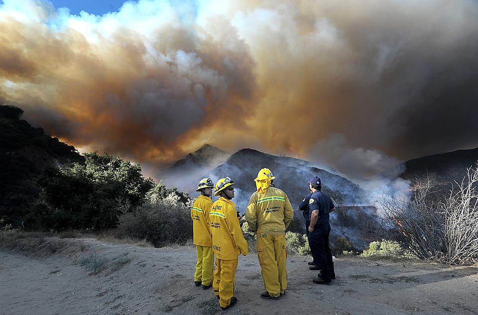 10) Пожарные наблюдают, как горит кустарник Национальном парке Анджелес около города Азуза, штат Калифорния. Самолет сбросил ингибитор горения вблизи плотины Моррис, чтобы остановить огонь. (San Gabriel Valley Tribune/Watchara Phomicinda/Associated Press)