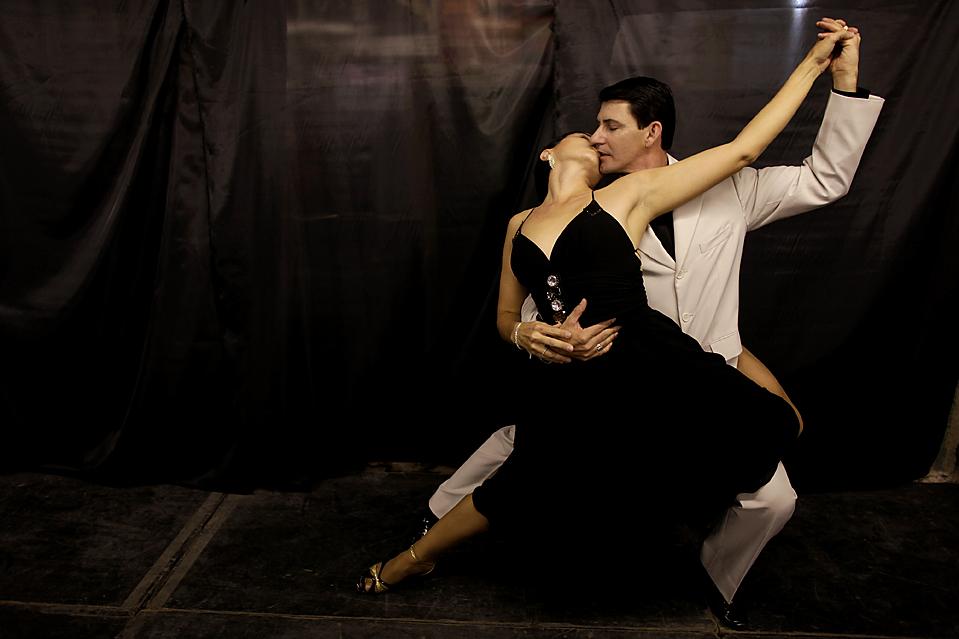 13) Нильза и Клодемир Пирес де Соуза, из Бразилии, танцуют на отборочном туре Чемпионата мира по танго в Буэнос-Айресе. (Natacha Pisarenko/Associated Press)