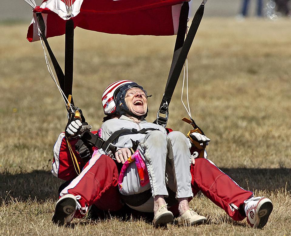 16) Веда Рэмбо хохочет после благополучной посадки во время прыжка с парашютом, который она совершила в паре с инструктором в честь празднования своего 90-летие в Шелтоне, штат Вашингтон. (Peter Haley/The News Tribune via Associated Press)