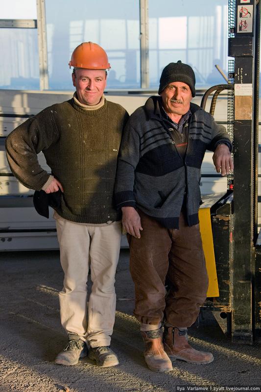 10) Более квалифицированная рабочие, например, отделочники маляры, штукатуры, каменщики, плиточники — это приезжие из Армении, западных регионов Украины, Молдавии. Самые сравнительно высокооплачиваемые гастарбайтеры — электрики и сварщики, среди которых жители восточных регионов Украины и уроженцы российской провинции.