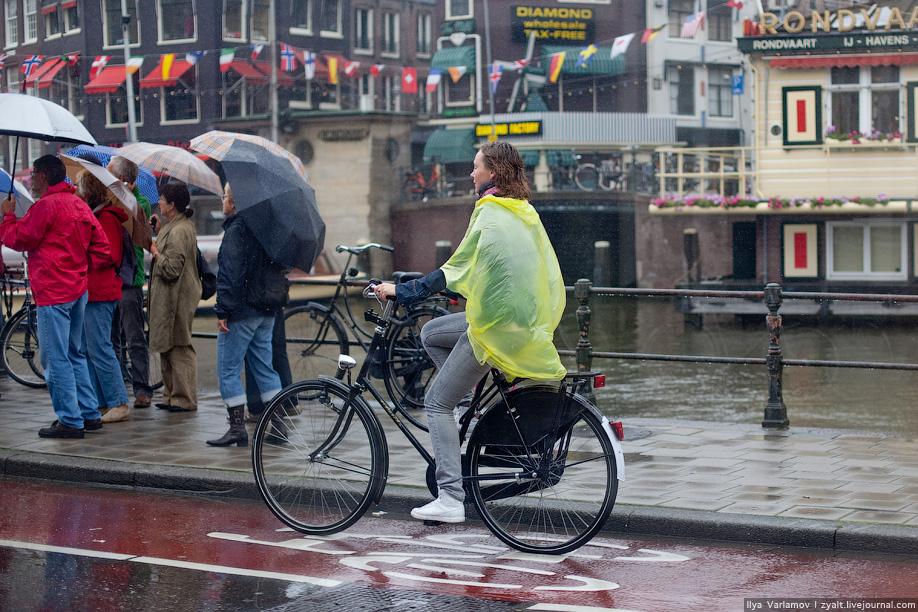 9) Большинство катаются в дождевиках, особо умелые в одной руке держат зонтик.