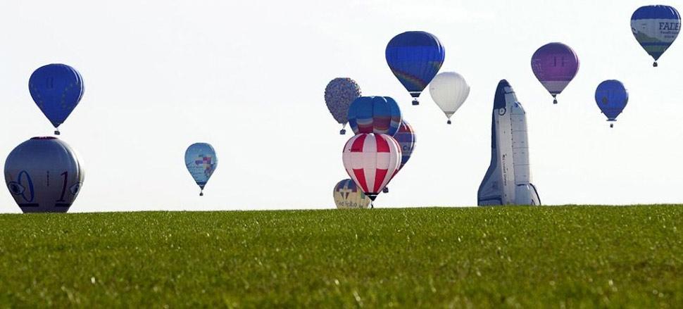 1. Воздушные шары поднимаются в воздух в Шамбле-Бюссири на востоке Франции 26 июля, во время международного фестиваля Лоррэн Мондьял (Lorraine Mondial). Это событие, в котором участвует около тысячи воздушных шаров, проводится каждые два года и в 2009 году длится с 24 июля по 2 августа. (Jean-Christophe Verhaegen, AFP /Getty Images)