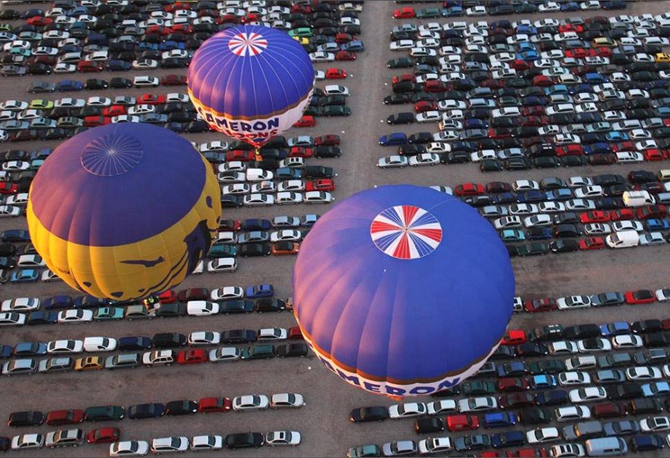 10. Шары пролетают над автомобильной стоянкой в международном аэропорту Бристоля. (Matt Cardy, Getty Images)