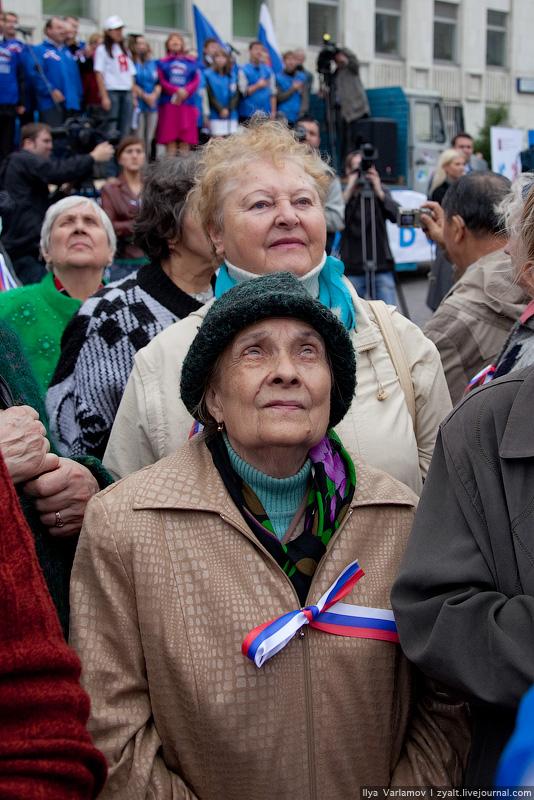 7. Пели только молодые активисты и старушки (наверное старую версию).