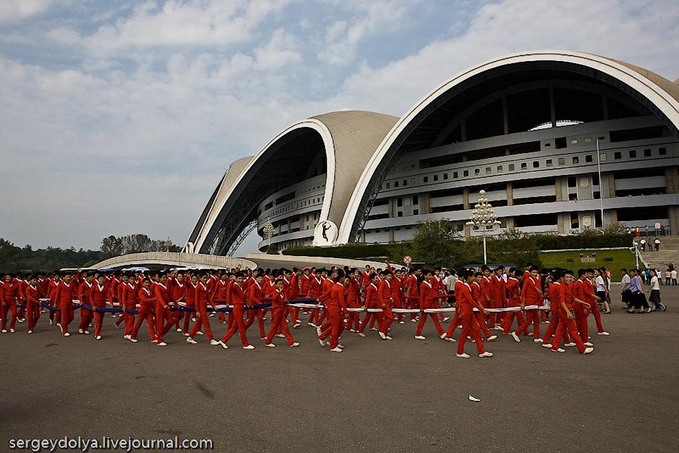 9) Его занесли прямо с улицы гимнасты в красных костюмах.