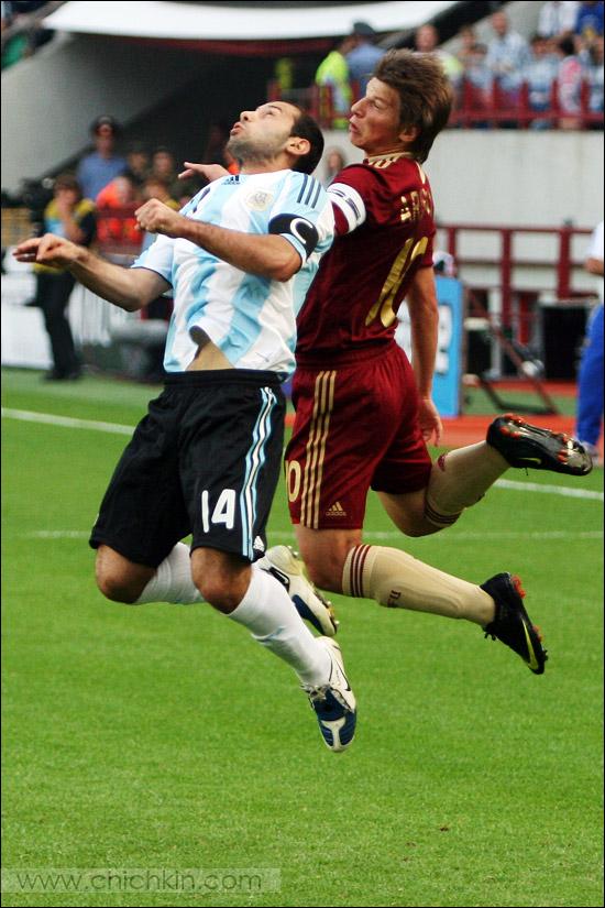 9) В Арсенале Аршавина научили играть головой, там без этого никак нельзя.