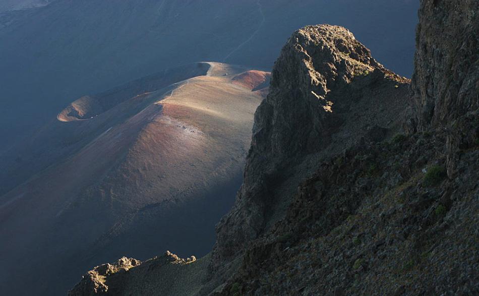 10. Кратер вулкана Халеакала представляет фантастический вид с вершины в этой точке на острове Мауи.