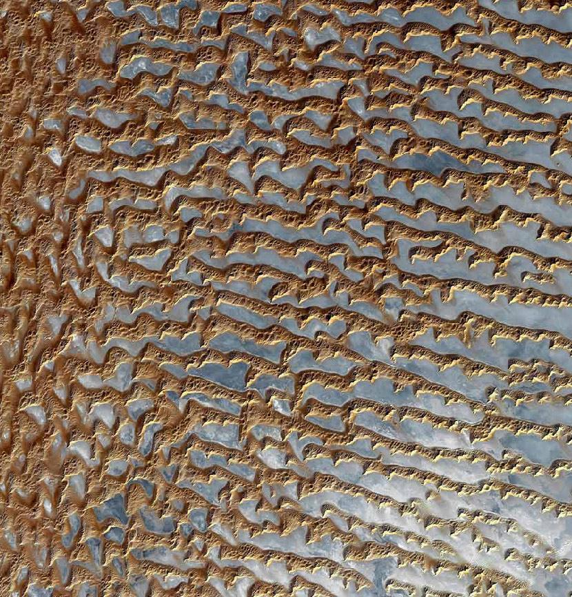 10. Одна треть поверхности Земли составляет пустыни. Наверху: Руб-эль-Хали – одна из крупнейших песчаных пустынь на земле по площади больше чем Франция. Она захватывает части Омана, Объединенных Арабских Эмиратов и Йемена. (US / Japan ASTER Science Team / NASA)