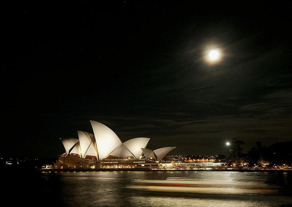 10) Полная луна над Сиднейским оперным театром во время австралийской недели моды сезона весна/лето в Сиднее, Австралия. (Lucas Dawson, Getty Images)