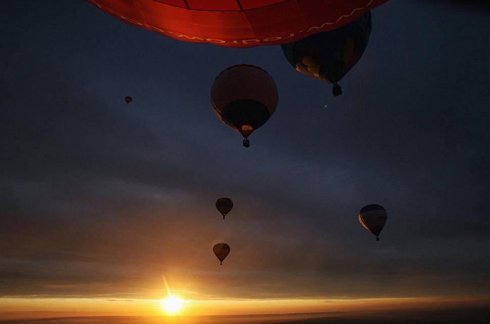 11. Шары усеяли небо над Бристолем 12 июня, во время в открытия праздника воздушных шаров в Бристоле, который проходит в августе. (Matt Cardy, Getty Images)