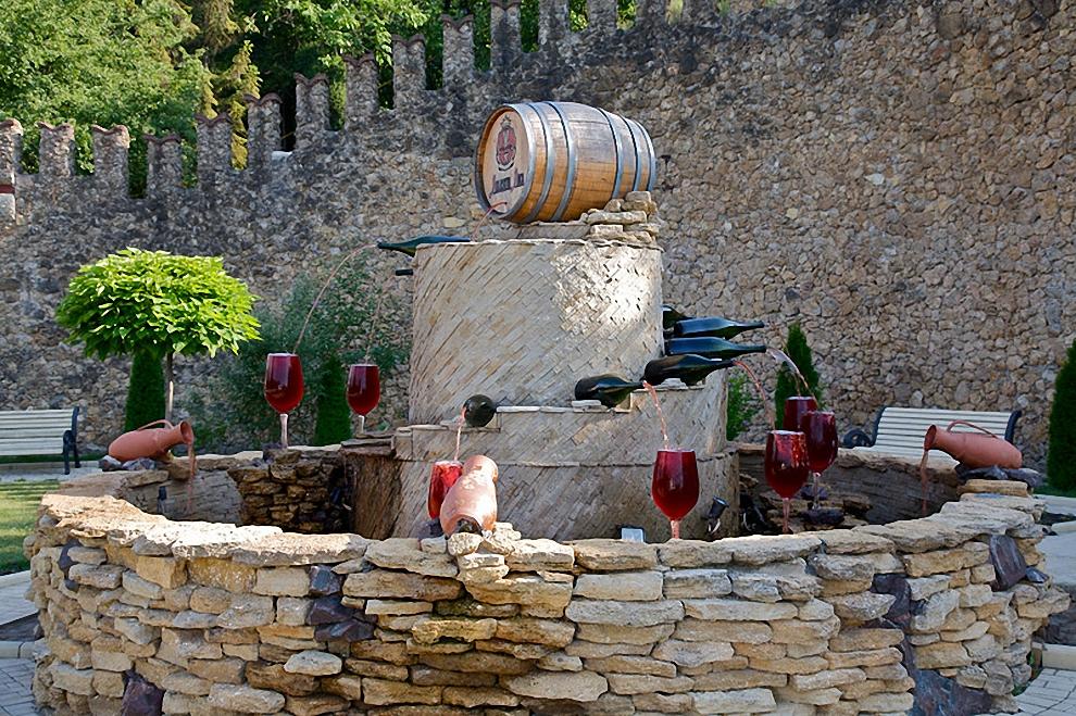 1) У въезда в подвалы находятся два фонтана с вином - красным и белым.
