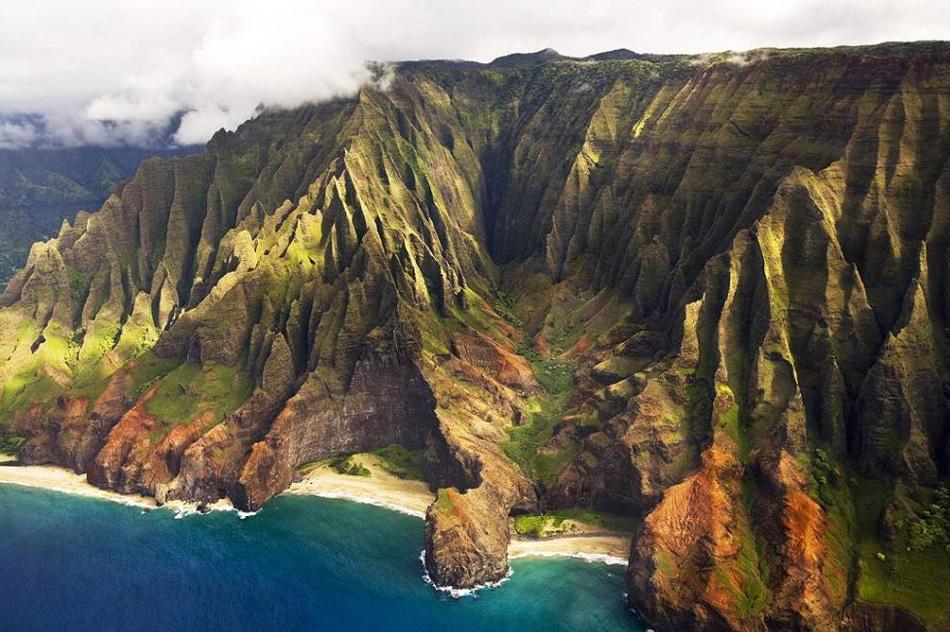 1. Отличающийся своей географией от других штатов, Гавайи представляет собой восемь островов, предлагающих замечательные прибрежные виды, как, например, этот великолепный вид с воздуха береговой линии На Пали с острова Кауаи.