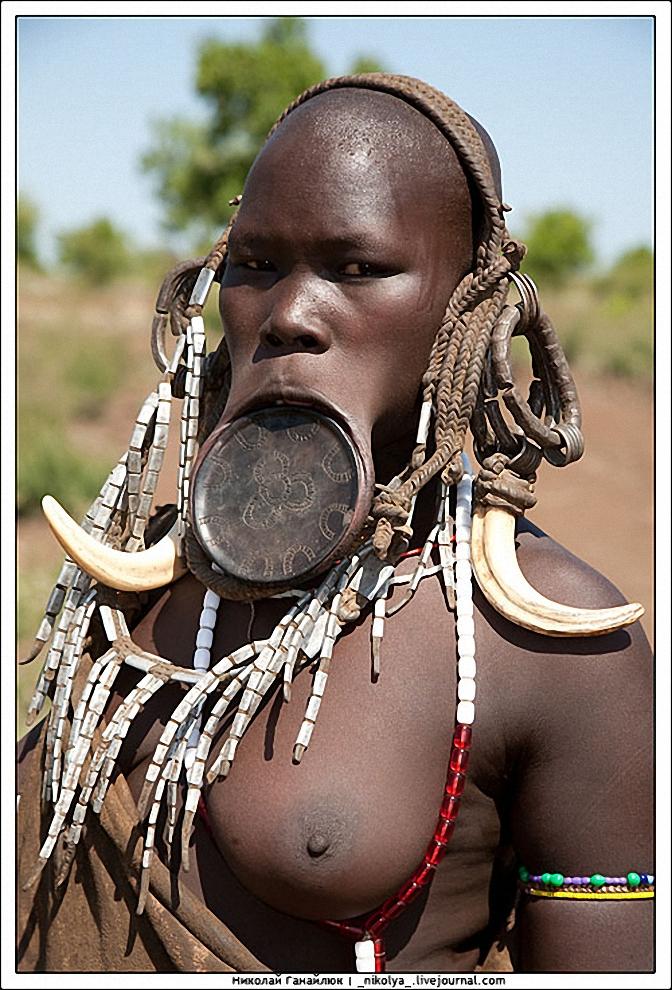 10) Женщины племен мурси и сурма изготавливают разного размера тарелки из дерева или глины. Форму они могут иметь как круглую, так и трапециевидную, иногда с отверстием посередине. Для красоты тарелки покрываются узором.