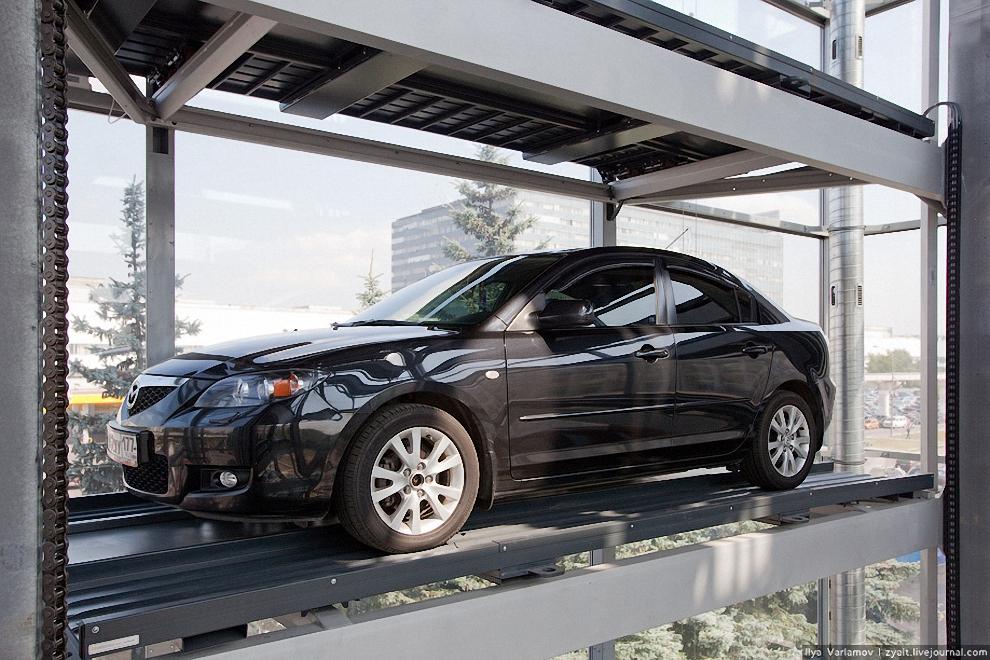 11) Водитель выходит, далее все делается автоматически. Платформа поднимается на нужный этаж и выгружает автомобиль на свободное место.