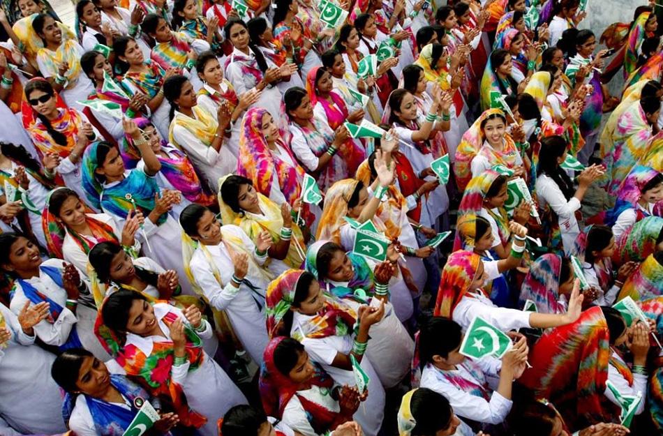 11. Девушки празднуют День Независимости Пакистана в Карачи, Пакистан, 14 августа. Пакистан отпраздновал 62-ю годовщину своей независимости от Британской Индии, которую он получил в 1947 году. (Fareed Khan, AP)