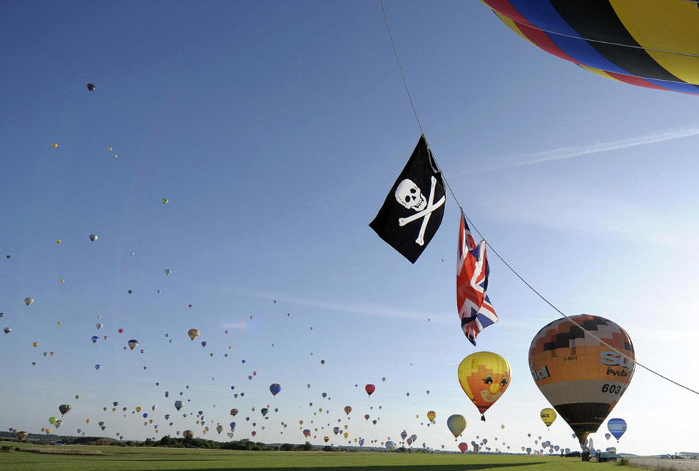 11. 326 воздушных шаров отправляются в воздух, чтобы установить мировой рекорд на ежегодном международном фестивале воздушных шаров в Шамбле-Бюссири, Франция, 26 июля. (Jean-Christophe Verhaegen/AFP /Getty Images)