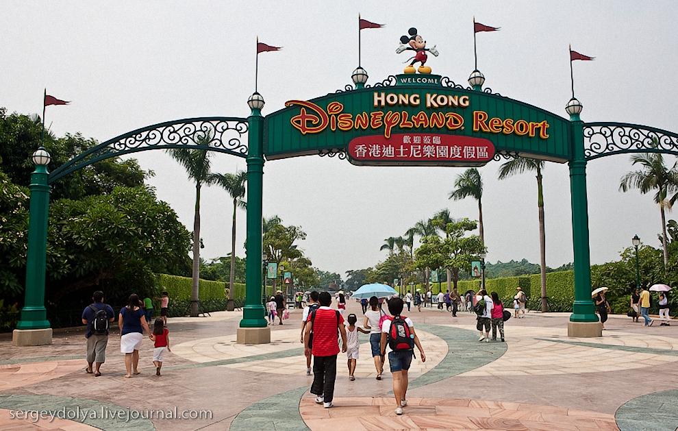 1) Парк Диснейленд открылся в Гонконге 12 сентября. Архитекторы приложили максимум усилий, чтобы тематический парк развлечений соответствовал китайским представлениям о гармонии, богатстве и счастье, объединенным в учение фэншуй.