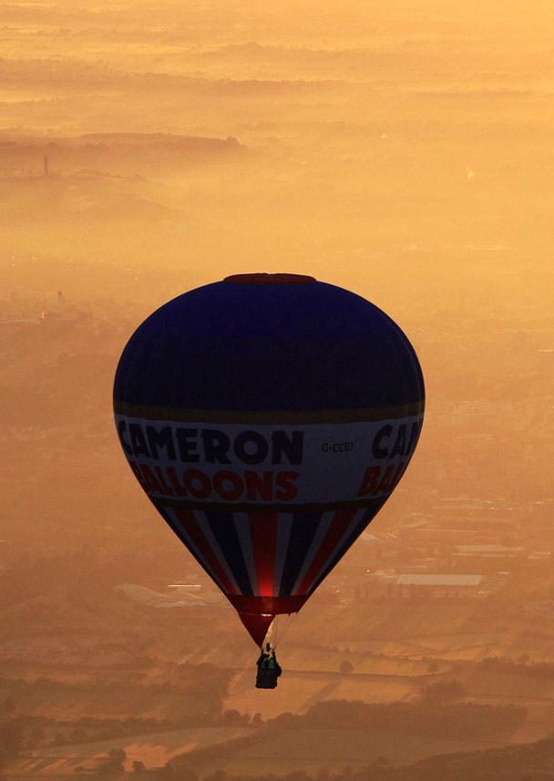 12. Воздушный шар парит в раннем утреннем тумане над Бристолем. (Matt Cardy, Getty Images)