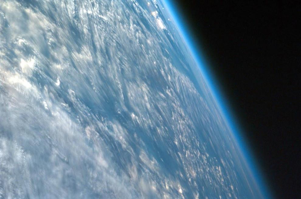 1. 1.Признанная официальной наукой разделяющая земную и космические атмосферы полоса, которая называется линия Кармы и находится примерно в 62 милях от поверхности нашей планеты. Наверху: этот снимок, сделанный под сильно косым углом над Африкой, показывает атмосферу Земли. (JPL / UCSD / JSC / NASA).