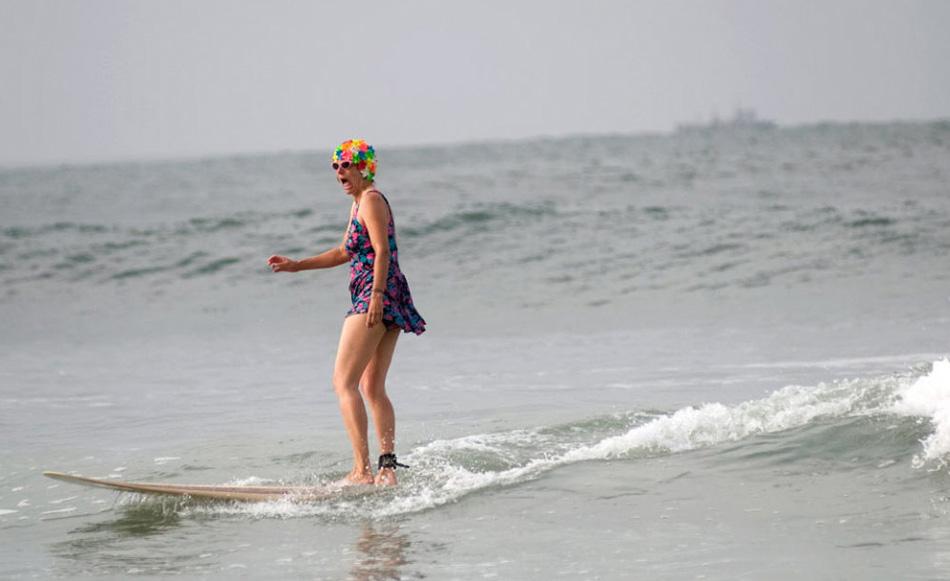 7) Старушка Джанет Хусден в костюме для серфинга принимает участие в седьмом ежегодном фестивале Ду Да Серф Дэй (Doo Dah Surf Day) на пляже Сансет Бич в Лос-Анджелесе 25 июля 2009 года. (David Zentz, AP)