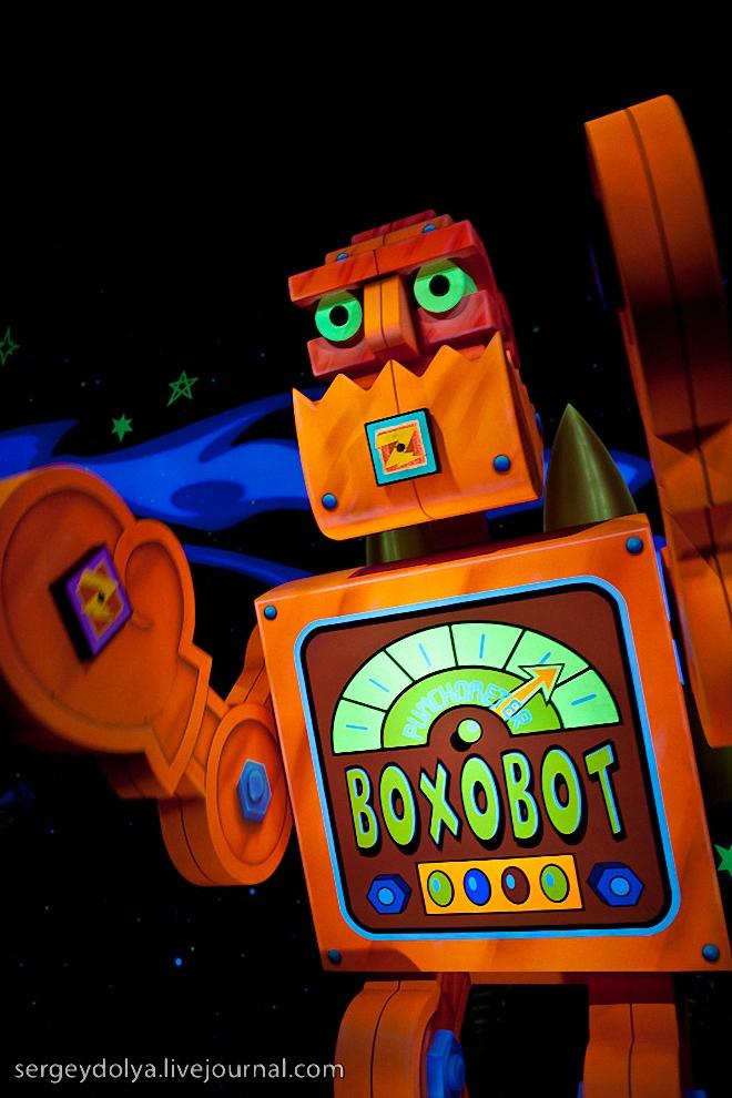 12) В следующем аттракционе выдают космобластеры, и посетители помогают Баззу сражаться со злыми роботами.