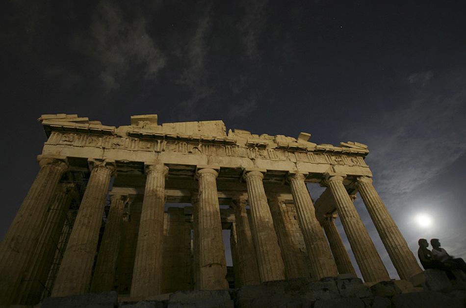 1) Двое смотрителей сидят рядом с древним храмом Парфенон под луной на холме Акрополис в Афинах августовским вечером. Многие археологические памятники Греции были открыты для посещений в этот вечер в честь августовского полнолуния. (Petros Giannakouris, AP)