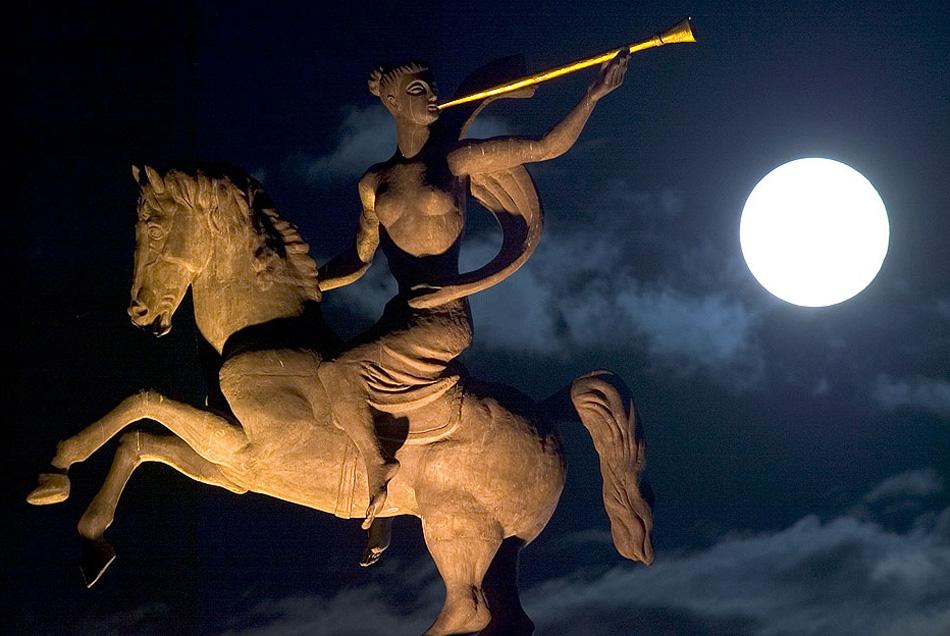 12) Полная луна садится за скульптурой Второй мировой войны в центре Москвы ранним июльским вечером. Июльскую луну также часто называют Полная Грозовая Луна, так как в это время года особенно часто случаются грозы. (Sergey Ponomarev, AP)