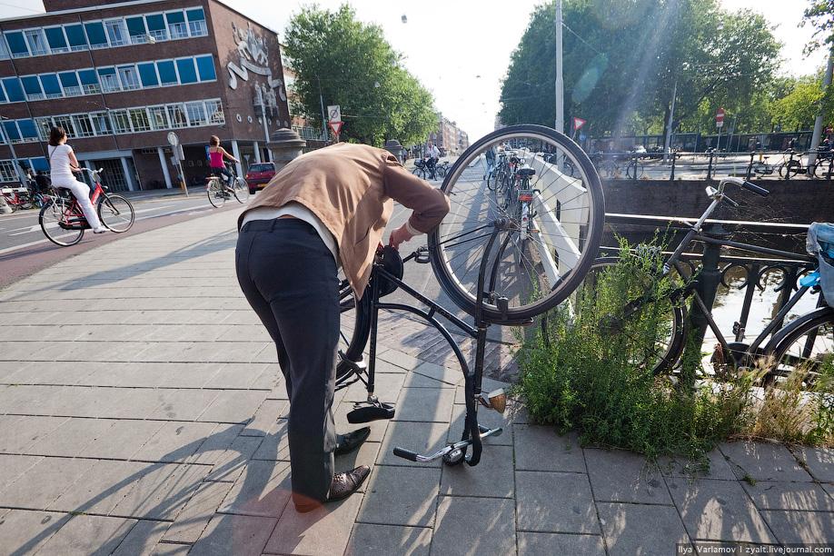 13) Чинятся велосипеды прямо на улице.