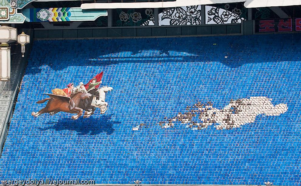 """12) Над панно пролетел Корейский крылатый конь """"Чхоллима"""", а от него убегало облако."""