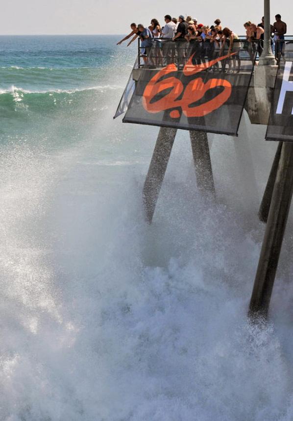 6) Толпа людей наблюдает за бушующими волнами с пирса на пляже Хантингтон в Оранж Каунти, штат Калифорния, 24 июля 2009 года. Раз в год шторм с Новой Зеландии приносит на Калифорнийское побережье целый накат ветровых волн. (Mark Ralston, AFP/Getty Images)