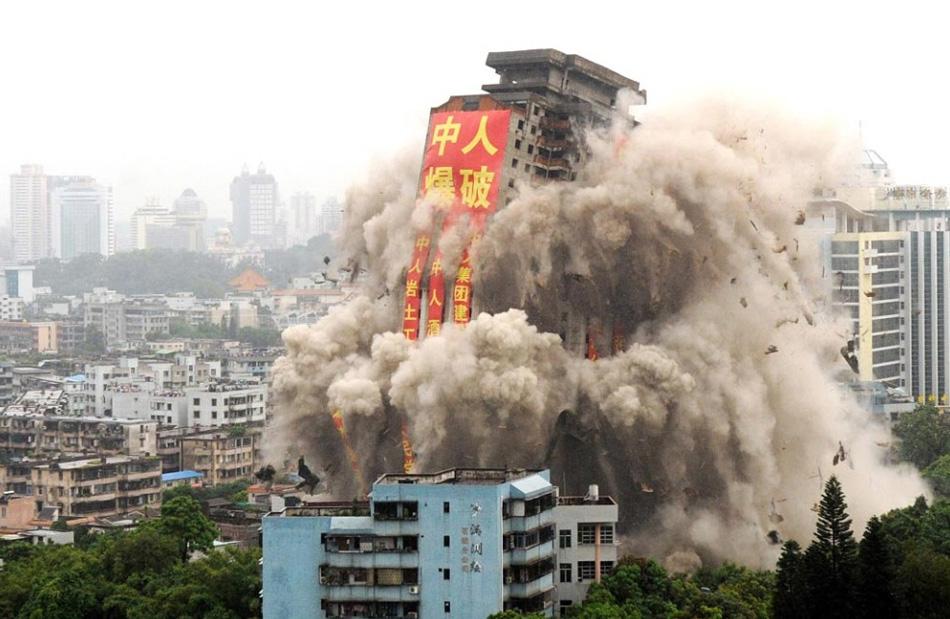 13. В китайском городе Жонгшан 13 августа снесли 34-этажное здание. Это здание в 103,94 м, которое не использовалось с 1995 года, является самым высоким строением, которое снесли в Азии на сегодняшний день. (AFP/Getty Images)