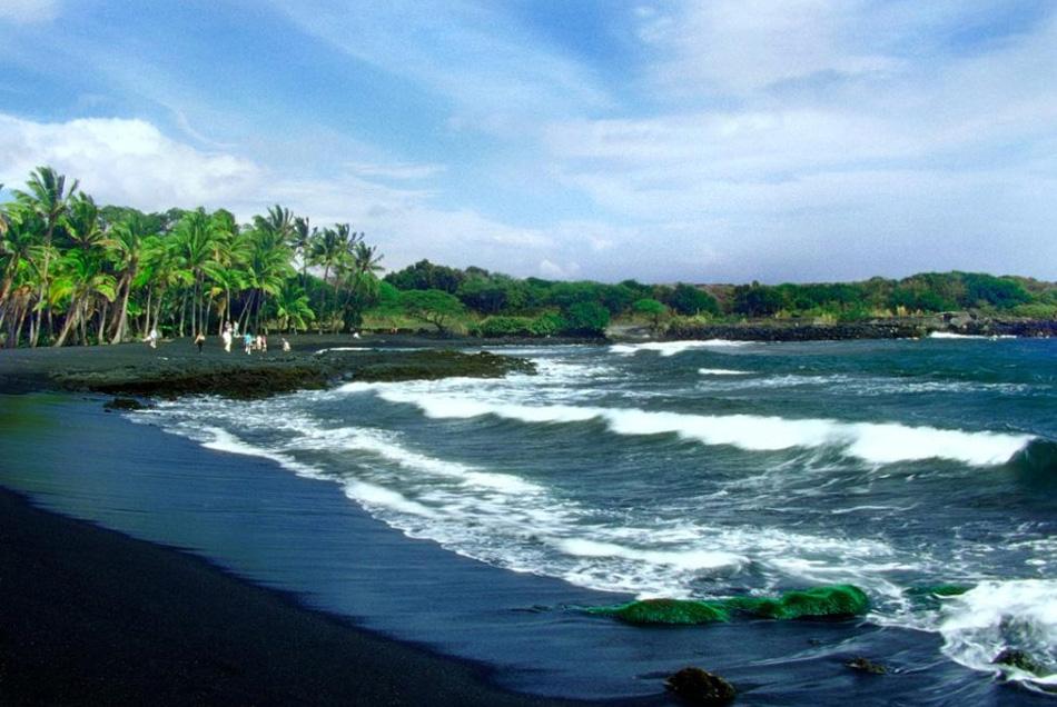 13. «Небесное море» - вид, ожидающий посетителей пляжа Ланикаи на острове Оаху. Бирюзово-зеленые воды омывают песочные пляжи, создавая идеальный пейзаж.