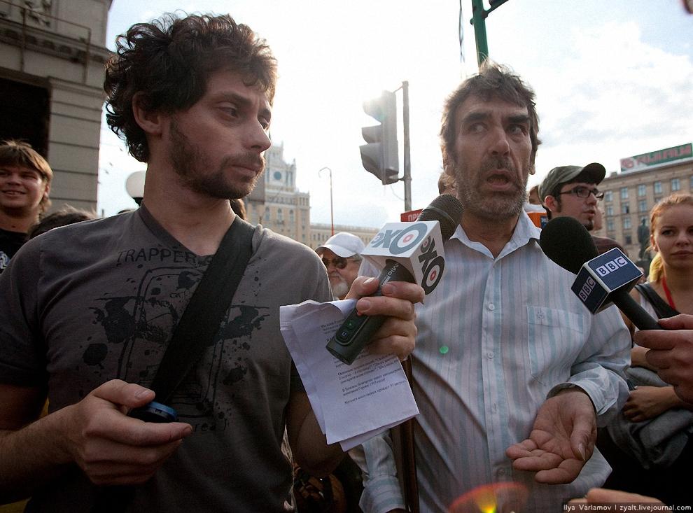 13) Журналисты подставляли прохожих, пытаясь взять интервью.