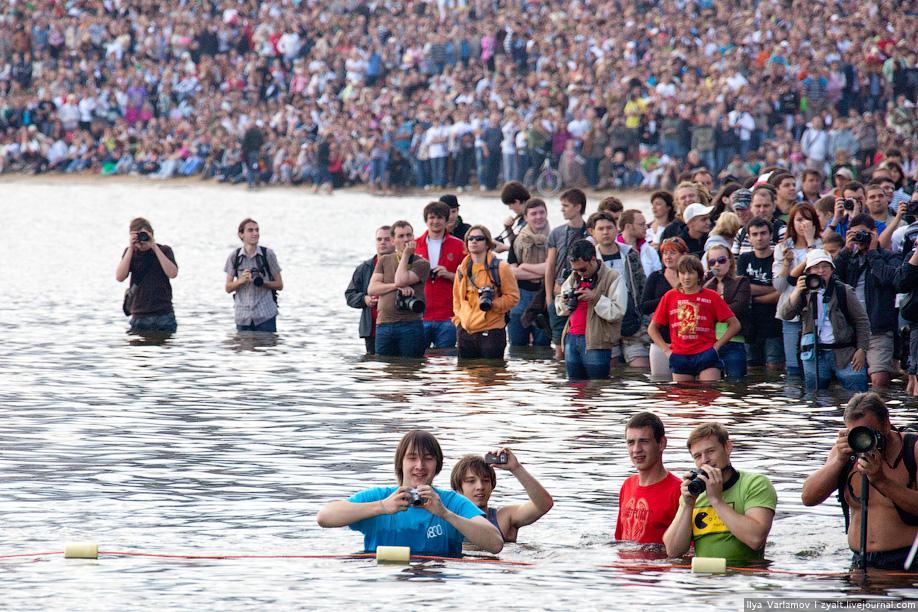 13) Для простых зрителей, а собралось их ОЧЕНЬ много, хороших мест не было. Стояли большие экраны, но многие решили стоять в холодной воде.