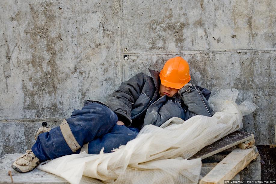 16) Автор репортажа свидетельствует, что в октябре 2008 года около ста тысяч таджиков были обмануты работодателями и не получили денег за работу на московских стройках, в ожидании расчета они пытаются устроиться на другие стройки.