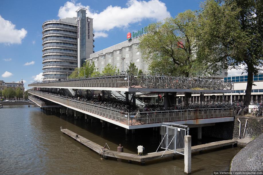 14) Fietsflat, трёхэтажная велостоянка у Центрального вокзала в Амстердаме, крупнейшая стоянка велосипедов в Европе.