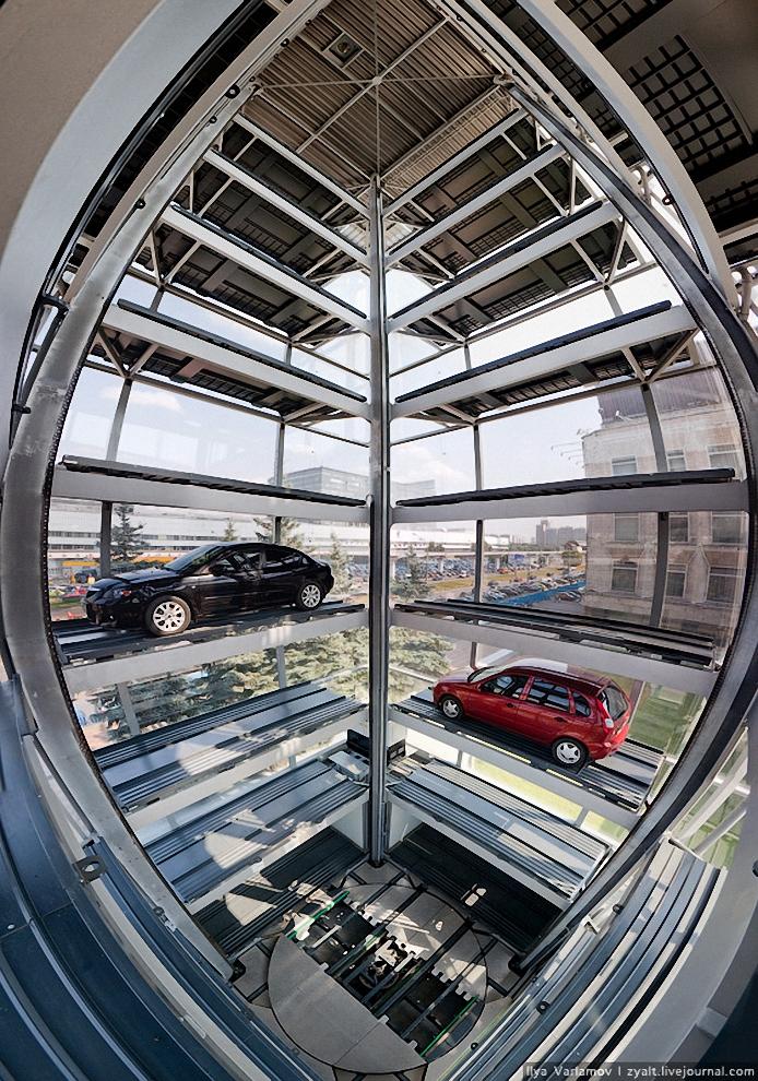 14) Платформа способна поднимать машины до 2700 кг.