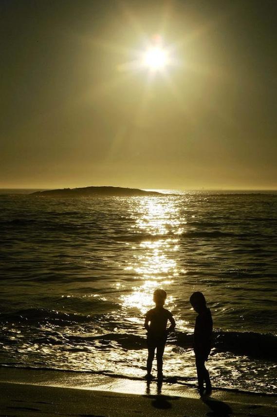 14. Дети играют в Атлантическом океане на пляже залива Кэмпс Бэй в Кейптауне, Южная Африка. (Brian Bahr, Getty Images)
