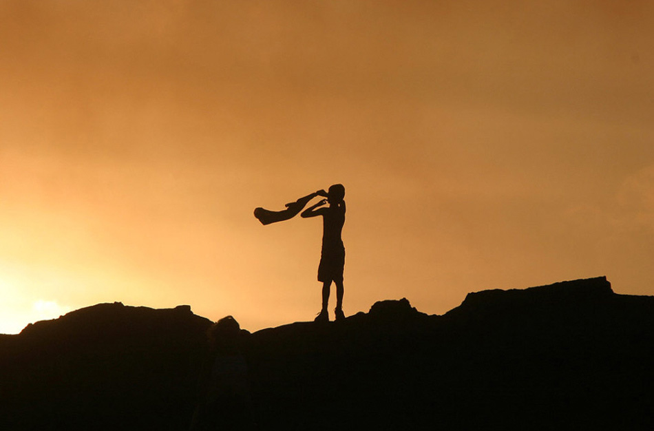 14. Волны океана разбиваются о пляж Блэк Сэнд (черный песок) на Большом Острове, штат Гавайи.
