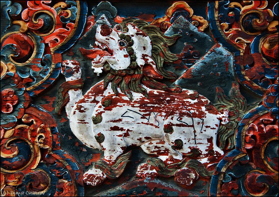 Конечно, есть и более серьезные произведения искусства, например, вот такой фрагмент внешнего орнамента одной из монастырских стен. Этой резбе по дереву не менее пяти веков. Дракон снежный лев, парящий над горами и охраняющий Бутанское королевство от злых сил - типичный пример местного зодчества.