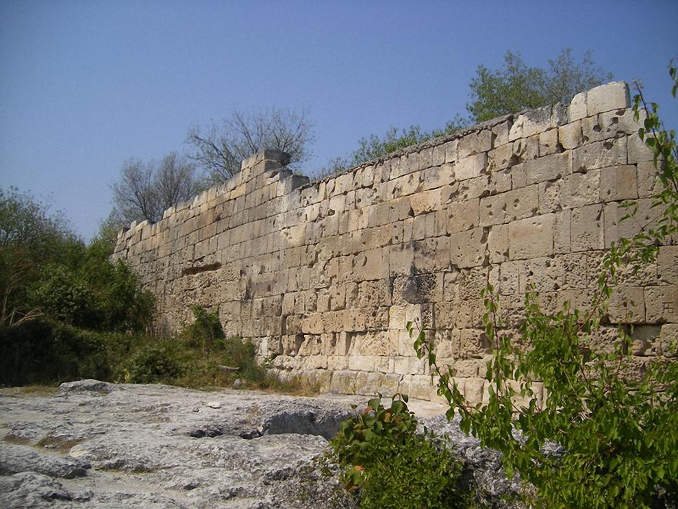 14) Часть стены. Ограждает единственную восточную сторону без отвесного склона. Именно отсюда и был единственный нормальный подход (подъезд) к крепости.