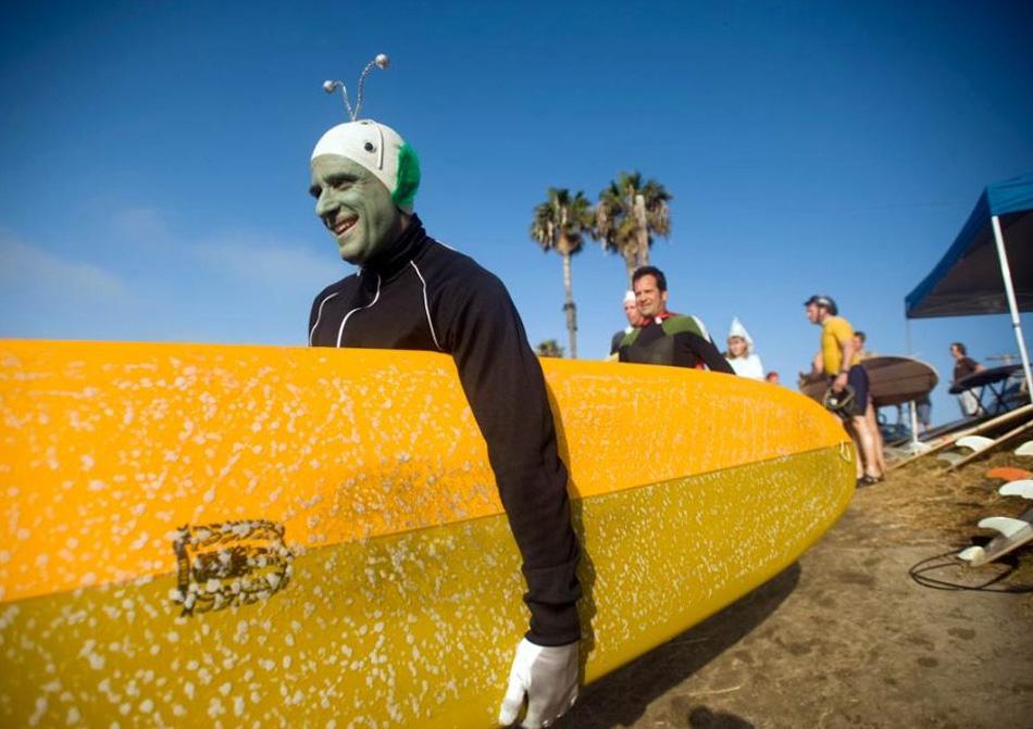 4) Ричард Файер из Лос-Анджелеса направляется к воде в костюме пришельца, принимая участие в седьмом ежегодном фестивале Doo Dah Surf Day на пляже Сансет Бич в Лос-Анджелесе, штат Калифорния, в субботу 25 июля 2009 года. (David Zentz, AP)