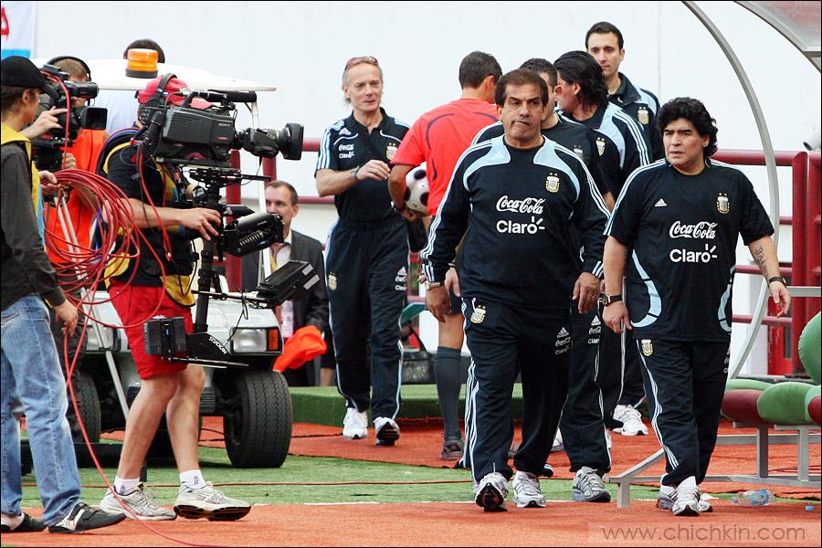 14) Диего Марадона явно прочитал лекцию своим бойцам в перерыве о том, как нехорошо лететь этим русским.