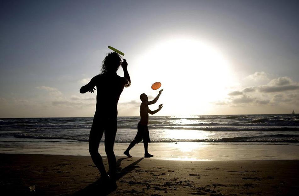 15. Люди забавляются на пляже в Телль-Авиве, Израиль, 21 июня. (Ariel Schalit, AP)