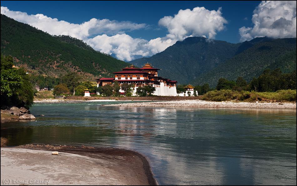 Дзонги - это монастыри, полноценные крепости с толстыми стенами, узкими бойницами и отличным обзором. На сегодня по стране их насчитывается более полутора сотен.