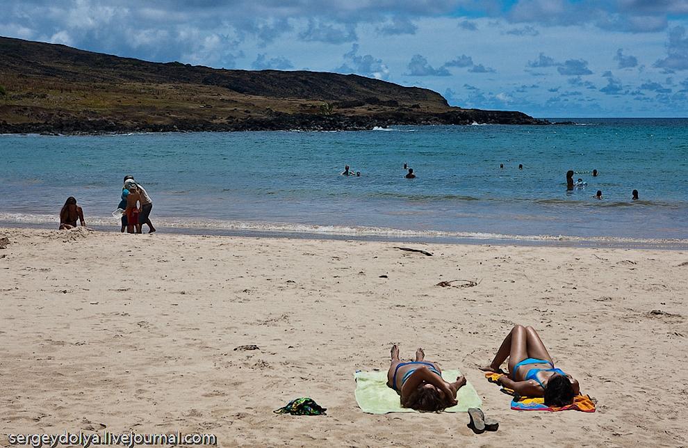 15) Но туристы на пляжи далеко от отеля не отходят.