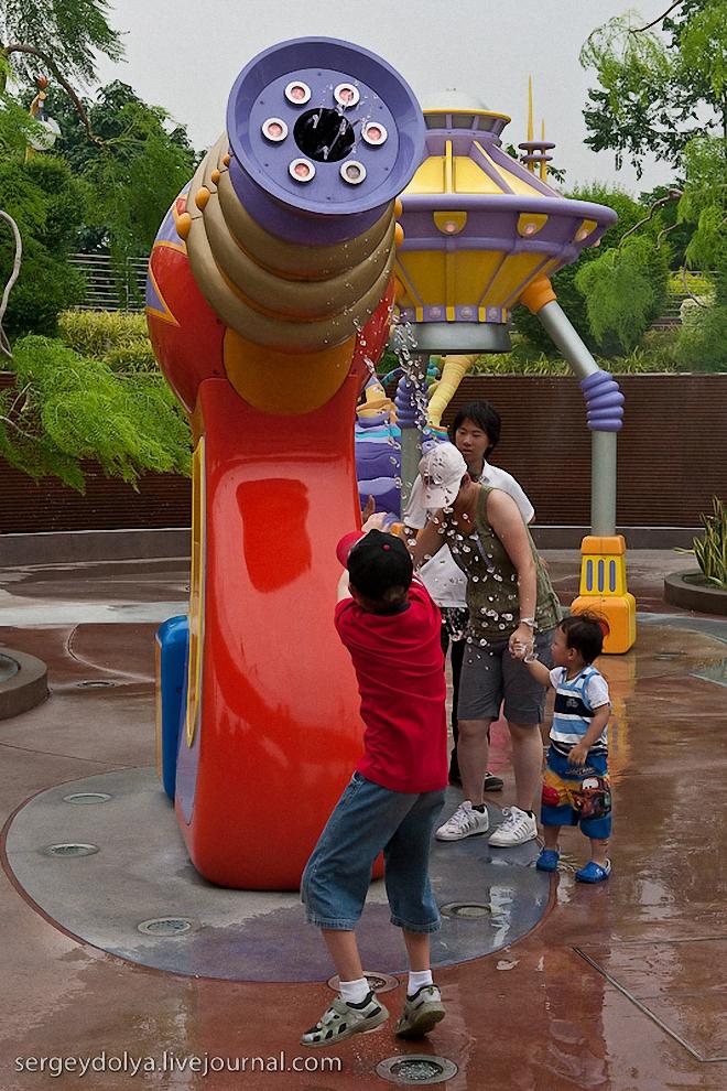 15) Если стоит невыносимая жара, то детям разрешают с удовольствие резвиться у фонтанов.